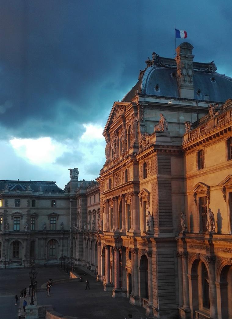 Façade du Louvre au crépuscule