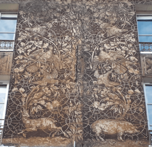 Animaux sur la façade du 134 rue Mouffetard.