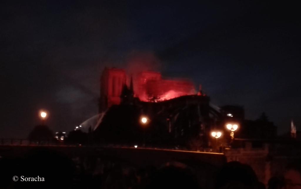 Notre-Dame en flammes dans la nuit
